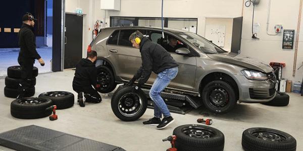 Test pneus hiver : ADAC et TCS font le montage des pneus pour le comparatif
