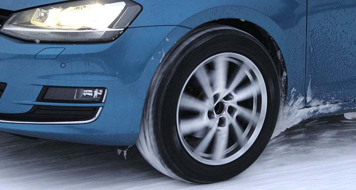 Volkswagen Golf roule sur la neige lors du test de pneus hiver 2021 de l'ADAC et du TCS