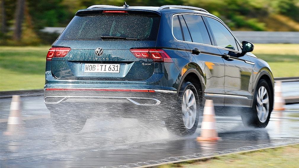 Volkswagen Tiguan freine sur sol mouillé lors du test de pneus toutes saisons 2021 pour SUV d'Auto Bild